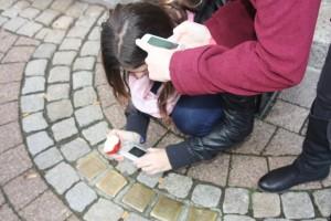 Auf der Suche nach Stolpersteinen in Celle (Fotograf: Pavla Karasova)