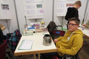 Egon mit seiner Arbeit über Oxi-Reiniger. Im Hintergrund Preisträger Matthis