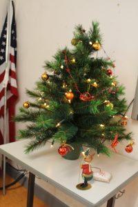 Der Tannenbaum im Klassenraum der 8c