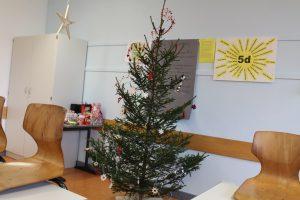 Der Tannenbaum im Klassenraum der 5a